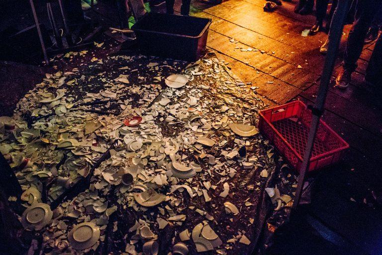 Polterabend Scherbenhaufen des zertrümmerten Porzellans vor der Hochzeit von Laura und Philipp 2019.