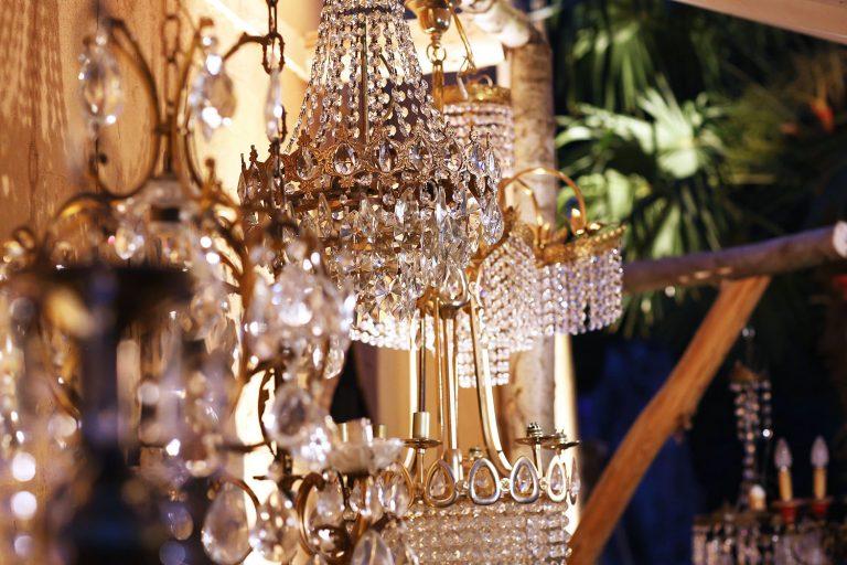 Goldene Kronleuchter mit Kristallen im Festsaal der Hochzeit von Jana und Emre 2019 die von Agentur Glücksgriff organisiert wurde