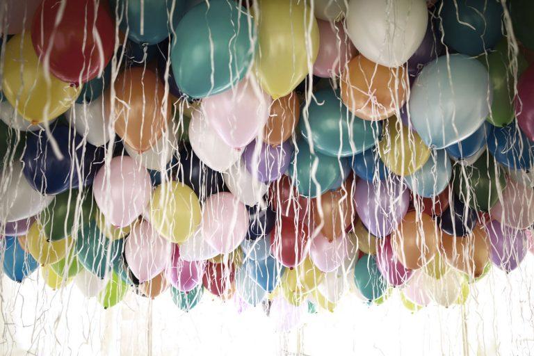 Ganz viele Heißluftballons schweben an der Decke der Tanzfläche im Rahmen der Hochzeit von Jana und Emre 2019 die von Agentur Glücksgriff organisiert wurde