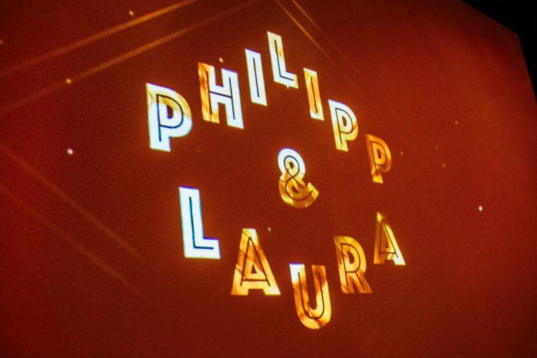Leuchtenes Hochzeitslogo mit der Aufschrift Laura und Philipp 2019