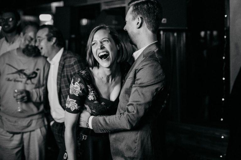 Das glückliche Paar am Polterabend vor der Hochzeit. Schwarz weiss Bild
