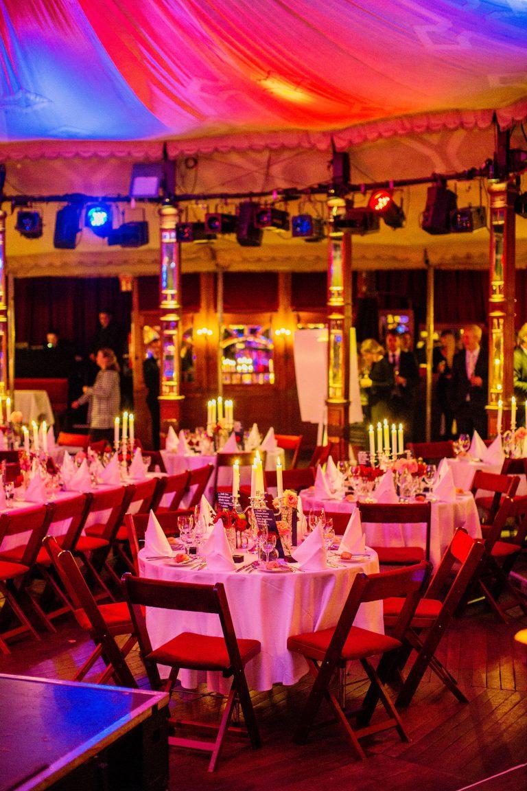 Bunt eingeleuchtet Hochzeitslocation am Abend der Hochzeit von Laura und Philipp 2019 organisiert von Agentur Glücksgriff