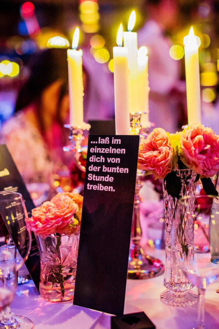 Bild einer Harfe Spielerin RückKreativ romanischer Tischaufsteller der Hochzeitslocation am Abend der Hochzeit von Laura und Philipp 2019.
